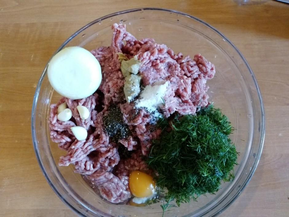 Malto gaļu zajauc ar 1/2 no diļļu buntes, sāli, pipariem, rī...