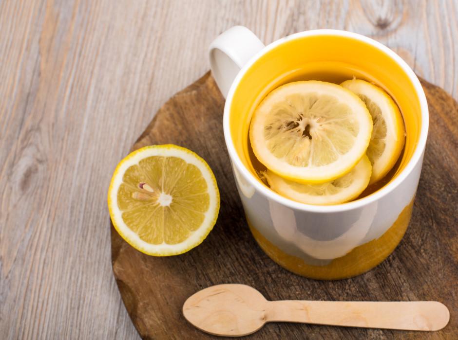 Kad dzēriens nedaudz padzisis, iemaisa medu.   Lai labi ga...