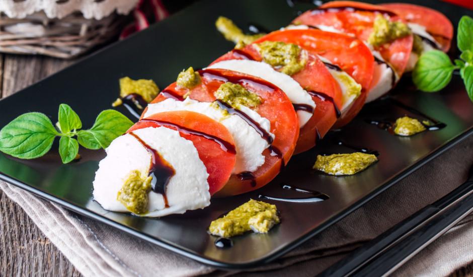 Mocarella ar tomātiem un pesto
