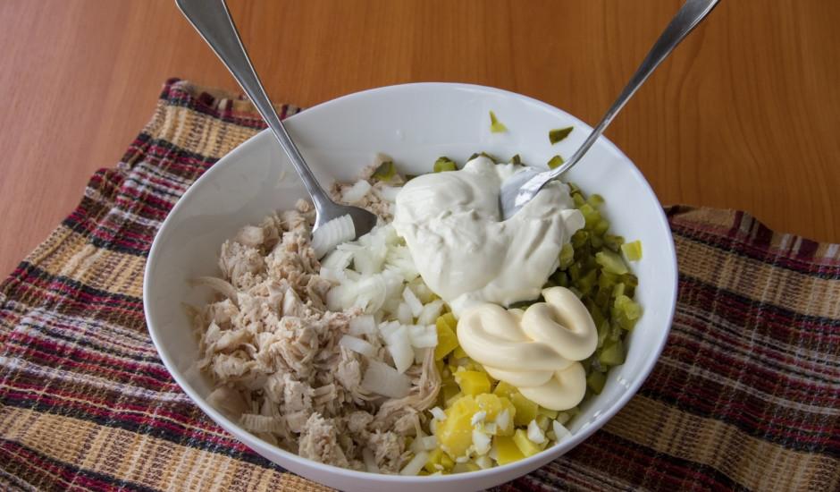 Vārītas vistas filejas un kartupeļu salāti