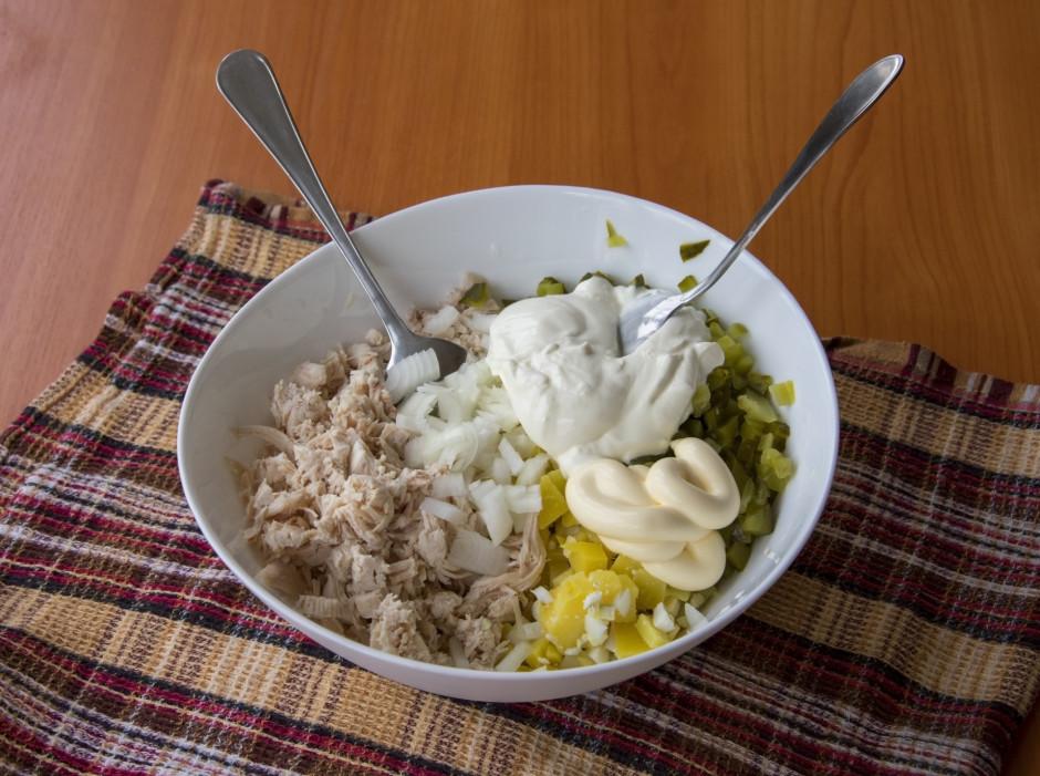 Pārber ar sāli un pipariem, pievieno skābo krējumu un majonē...