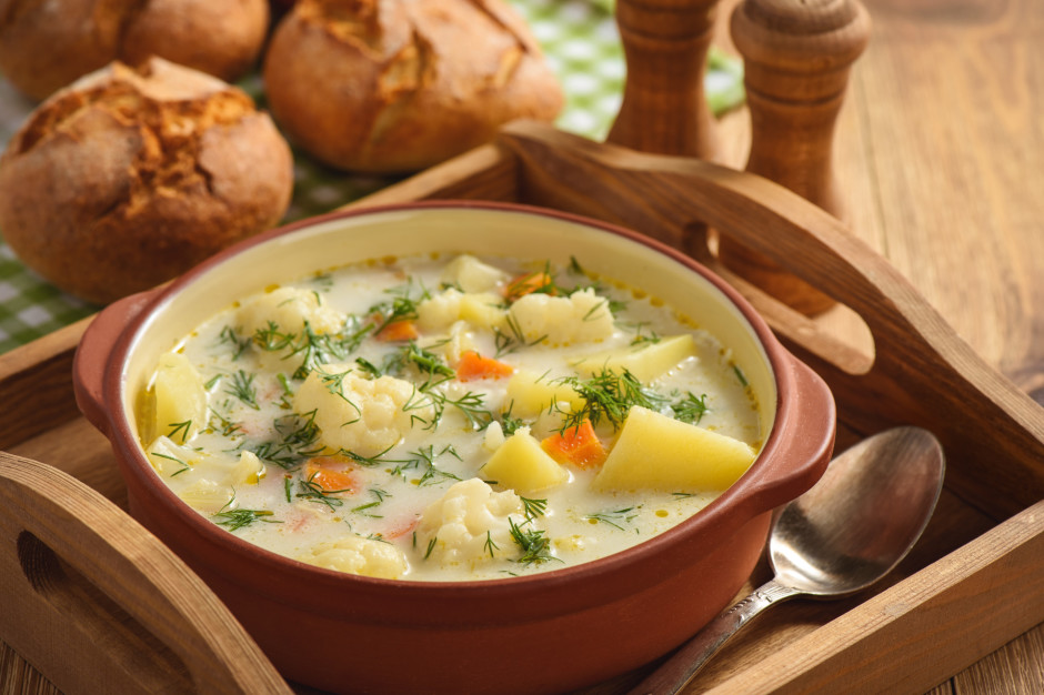 Gatavā zupā iemaisa kausētu sieru, ļauj izkust, pieliek zaļu...