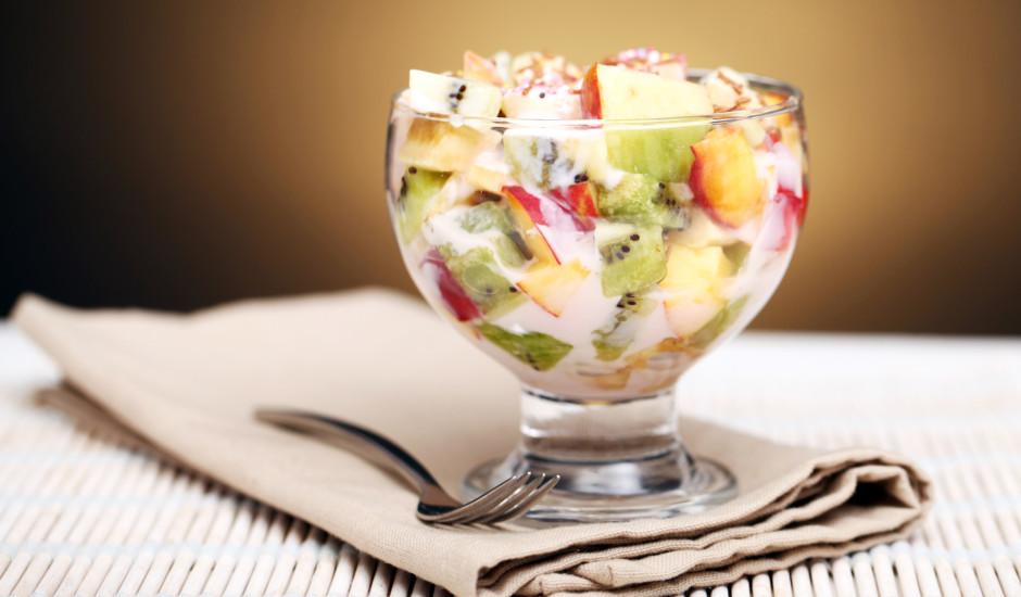 Augļu salāti ar jogurtu un medu