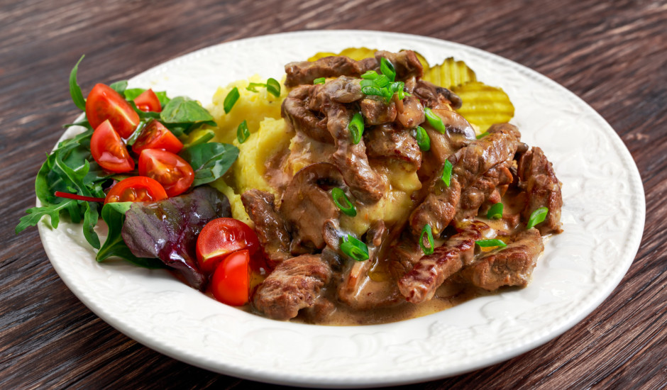 Liellopa gaļas stroganovs ar sinepēm