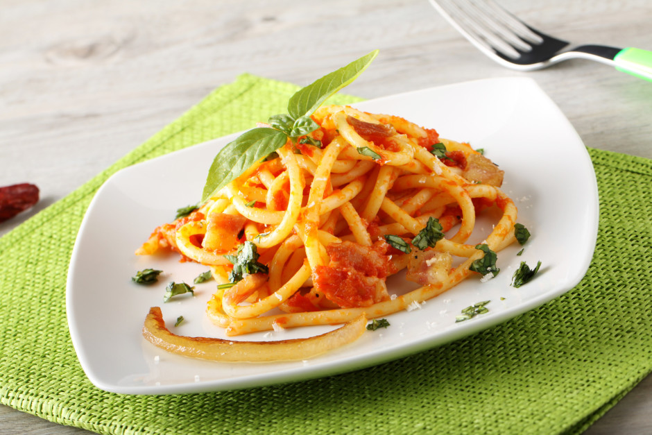 Kad spageti ir gatavi, tos pievieno gatavajai mērcei un apma...