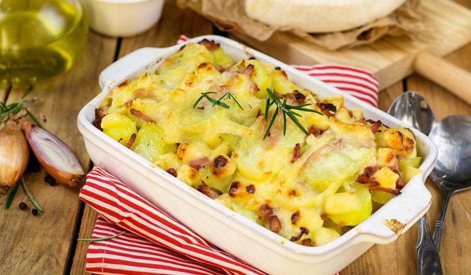 Krāsnī cepti kartupeļi ar bekonu un sieru