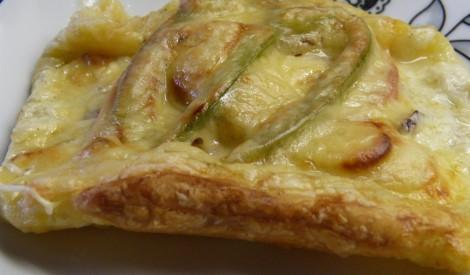 Pikantās kārtainās mīklas maizītes ar šķiņķi, papriku un āboliem