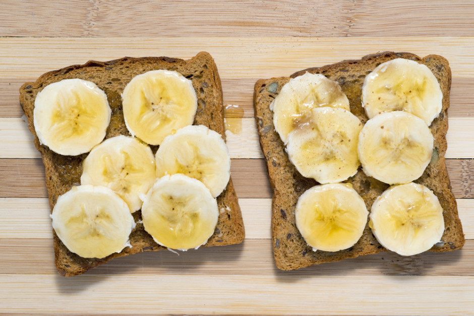 Uz maizes saliek banānus, pārlej ar medu.  Labu apetīti!