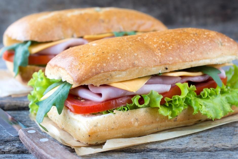 Uzliek maizes augšējo daļu.  Ja vēlas, maizīti var dažas min...