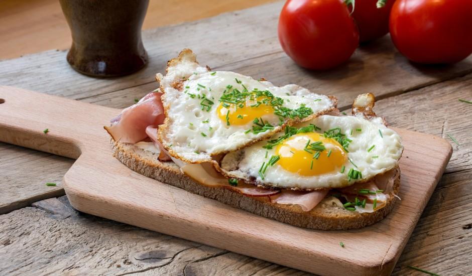 Pētījums: Latvijā brokastīs visbiežāk ēd olas,  sviestmaizes ar gaļu un putru