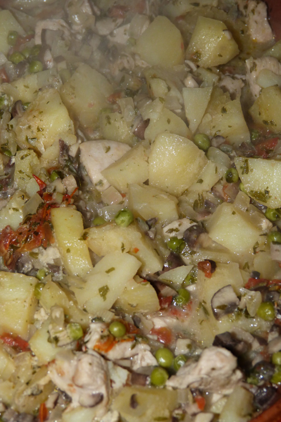Traukam uzliek vāku un sautē cepeškrāsnī, kamēr kartupeļi pu...