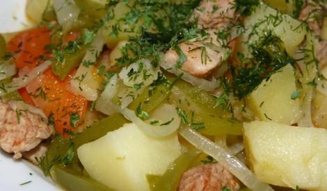 Kartupeļu, gaļas un paprikas sautējums