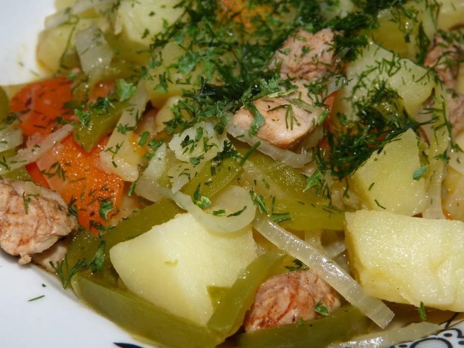 Sasmalcinatos dārzeņus un gaļu liek katlā, uzlej ūdeni, visa...