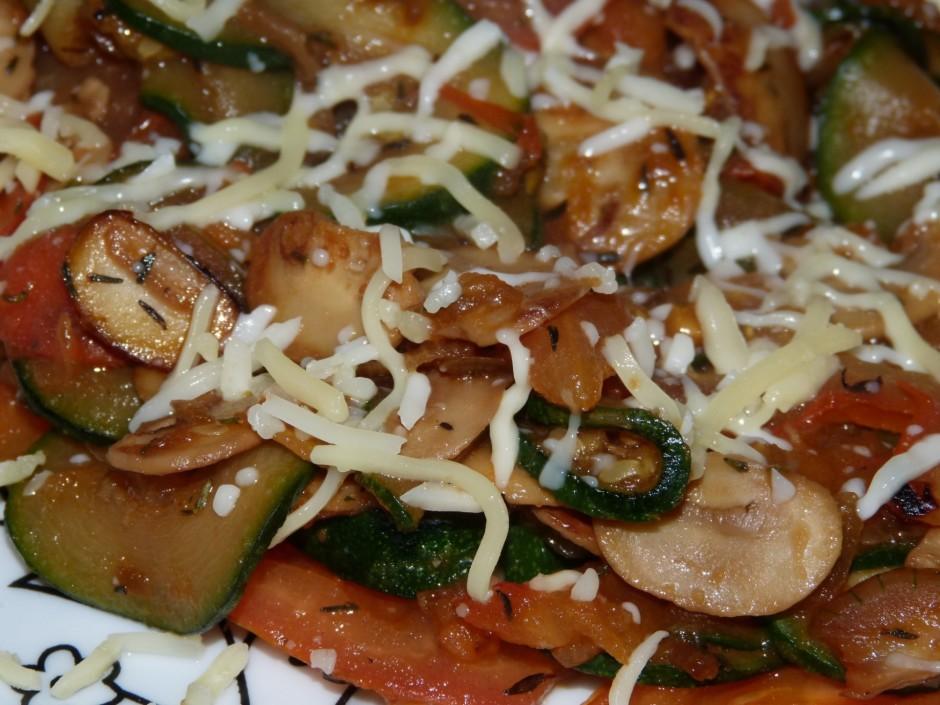 Tad pievieno sagrieztus tomātus, timiānu, sāli, piparus un c...