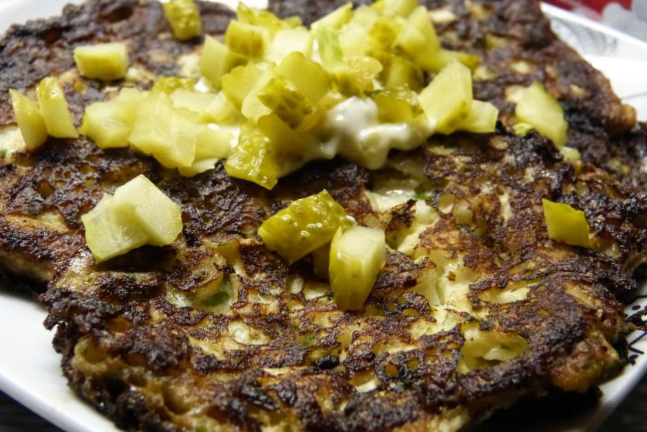 2 ēd.k. majonēzes sajauc ar krējumu, pārlej plācenīšiem. Pār...