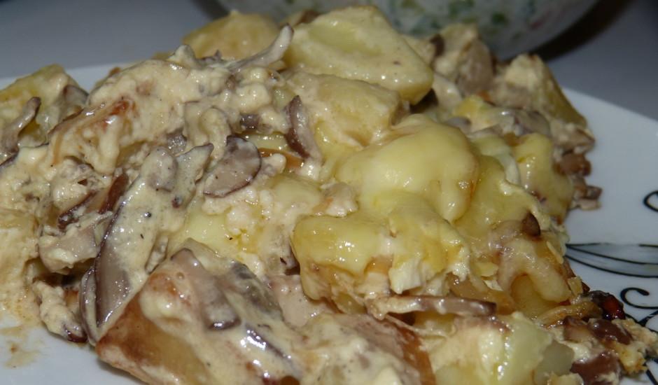 Ar sīpoliem un sēnēm sautēti kartupeļi.