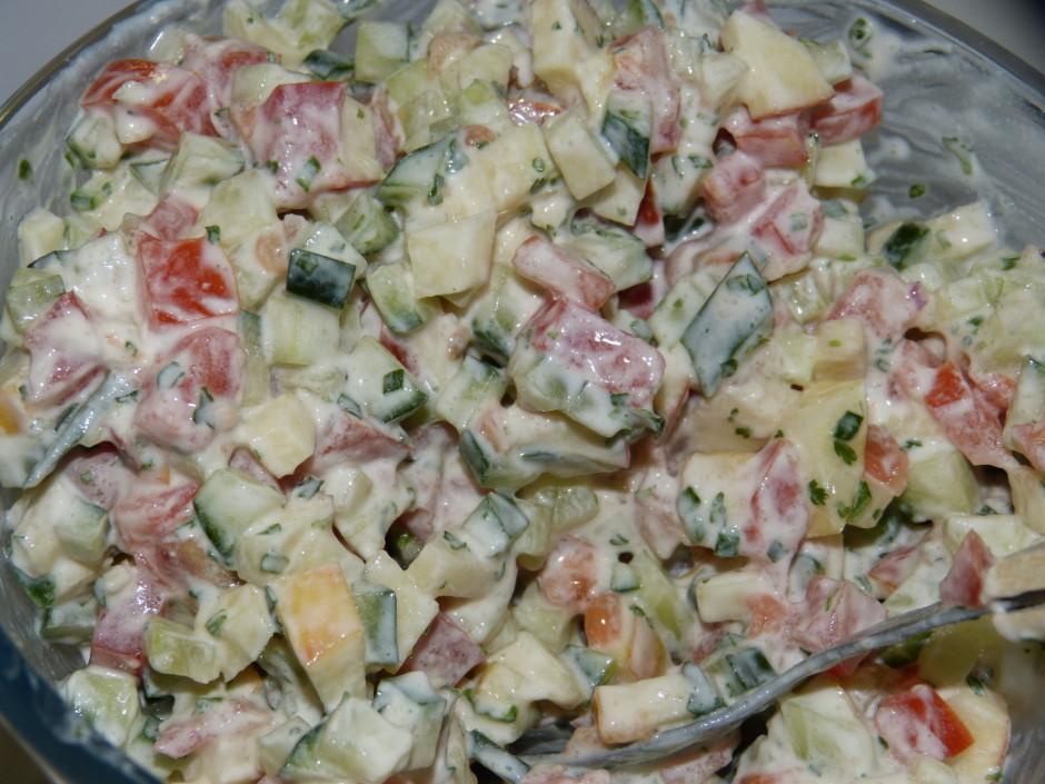 Tomātus, gurķus un ābolus sagriež, samaisa.  Saliek traukā...