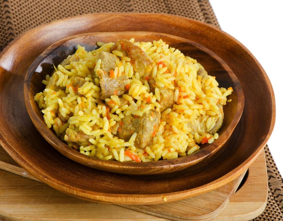 Kad rīsi uzsūkuši ūdeni (virspusē ūdeni neredz), tad rīsos i...