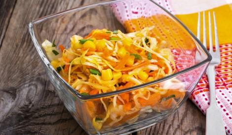 Saulainie kāpostu salāti ar kukurūzu