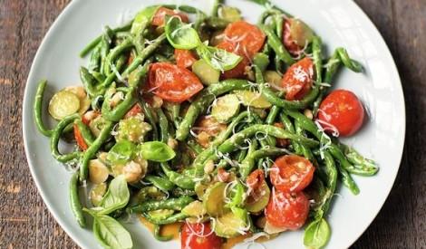 """""""Pici""""  makaroni ar spinātiem, cukīni, tomātiem un ciedru riekstiem"""