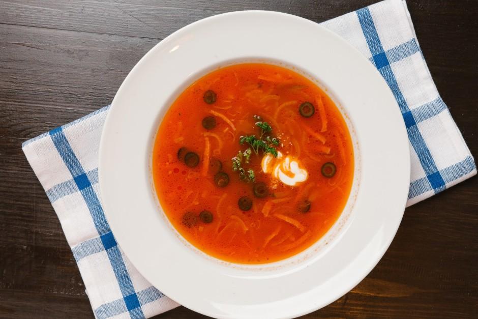 Kad viss smuki sacepies, liek katlā klāt tomātu zupai. Visu...