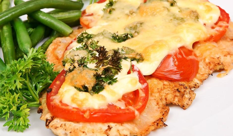 Cūkgaļas karbonāde ar tomātiem un sieru