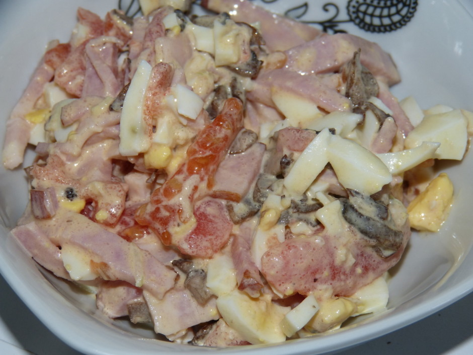 Salātus rūpīgi samaisa un pārlej ar eļļu vai majonēzi.  La...