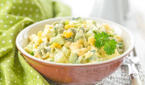 Raibie gurķu salāti ar olām, kukurūzu un zirnīšiem