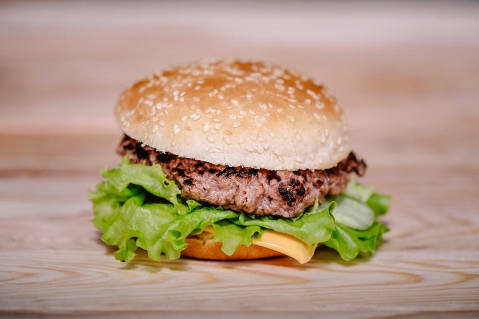 Kārto burgerus - uz apakšējās maizītes uzziež kečupu vai tom...