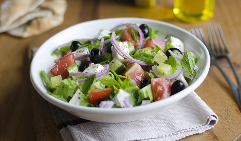 Grieķu salāti ar piparmētrām un vīna etiķi