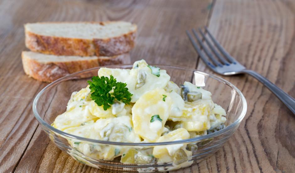 Marinētu gurķu un kartupeļu salāti ar majonēzi