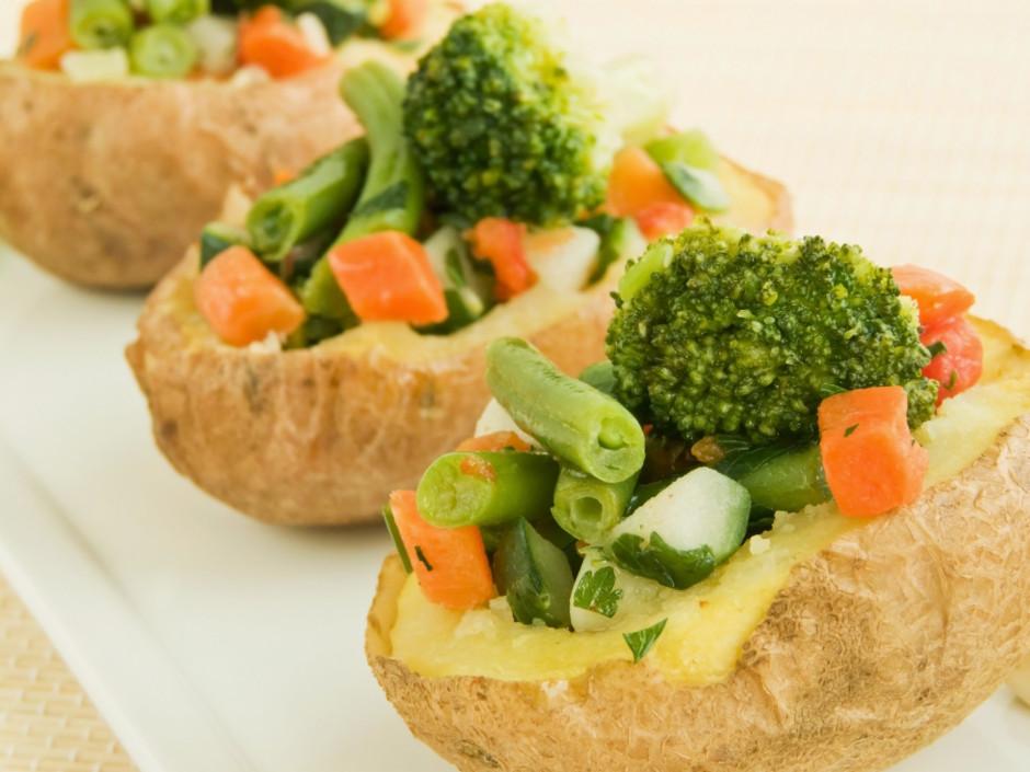 Izdobtajos kartupeļos ielej mazliet mērces, virsū kārto saut...