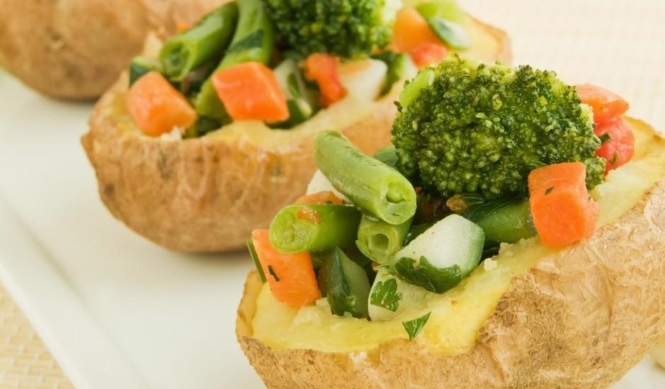 Ar dārzeņiem pildīti kartupeļi