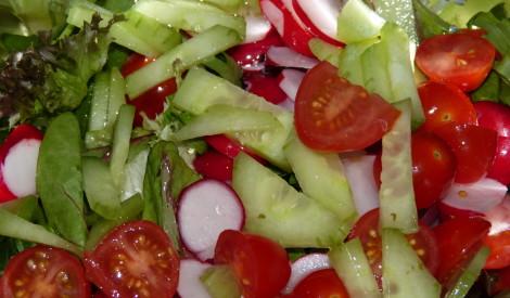 Vasaras salāti ar gurķiem, tomātiem un redīsiem