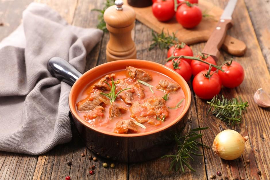 Kad gaļa ir jau gatava, tad pievieno miltus, tomātu mērci, s...