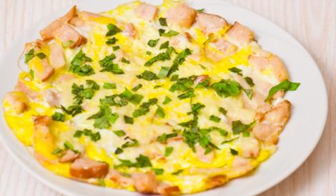 Ikdienišķā omlete ar desu un sieru
