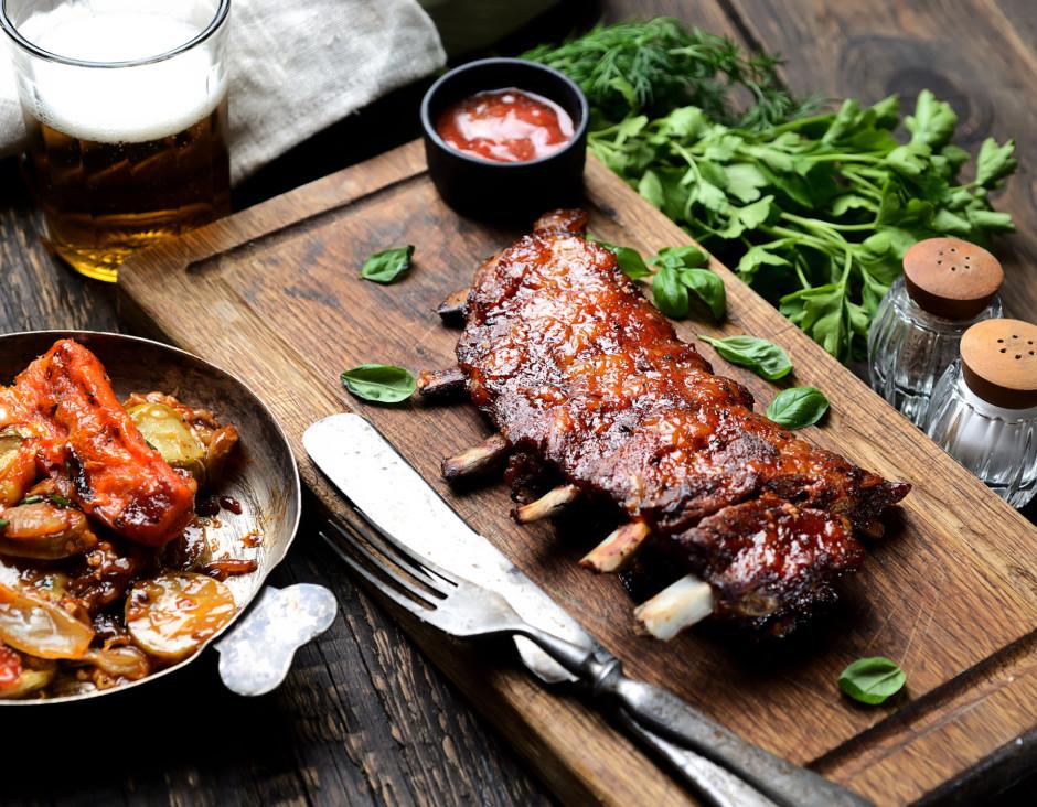 Uz pannas liek ribiņas, apsmērē ar mērci un cep , līdz gaļa...