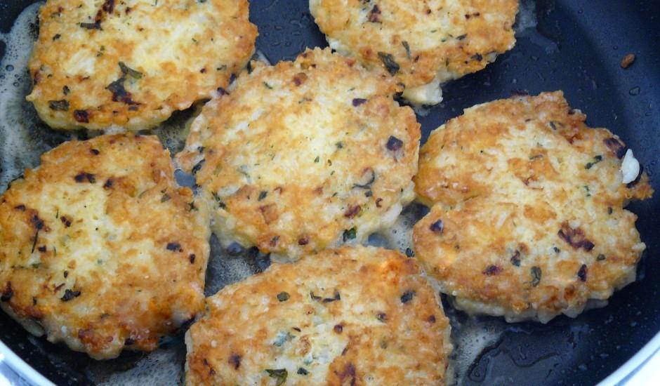Rīsu plāceņi ar sieru un zaļumiem