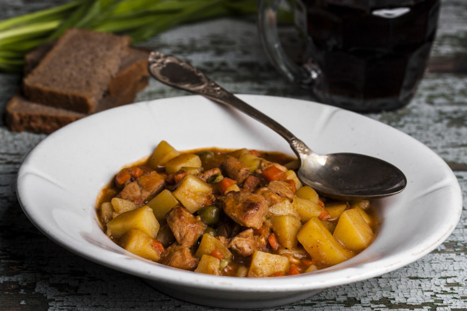 Visu sautē līdz kartupeļi nedaudz sāk izjukt.   Labu apetī...