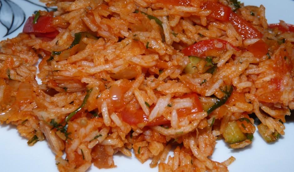 Rīsi ar dārzeņiem un tomātu pastu