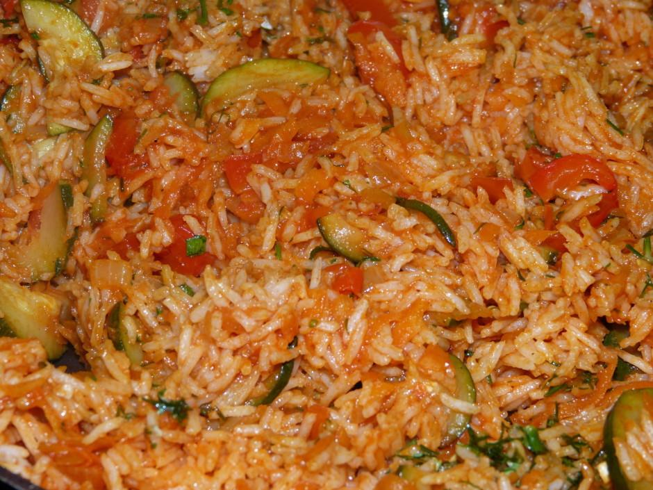 Beigas iemaisa izvārītos rīsus un zaļumus.