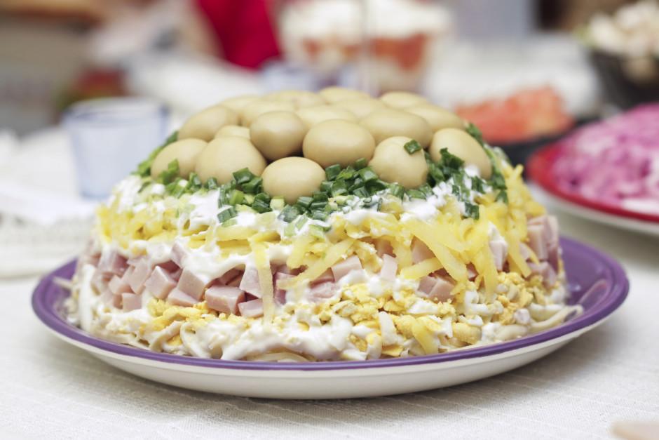 Salātus liek kārtās: kartupeļi, olas, mērcīte, šķiņķis, kart...