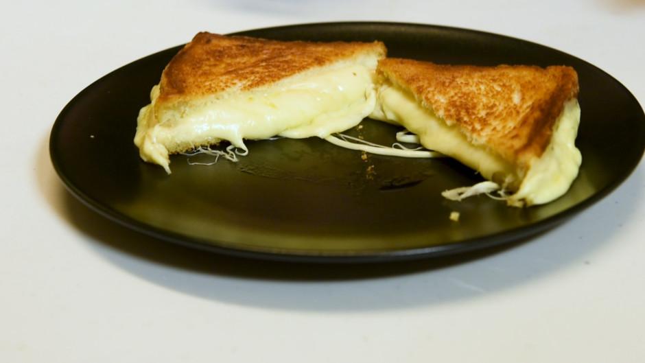 Kad siers gandrīz izkusis, vāku noņem un vēl brīdi ļauj cept...