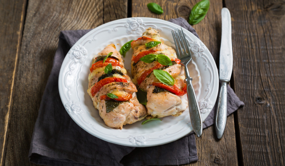 Pildīta vistas fileja ar sieru un tomātiem