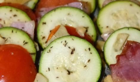 Kabaču sacepums ar tomātiem un bekonu