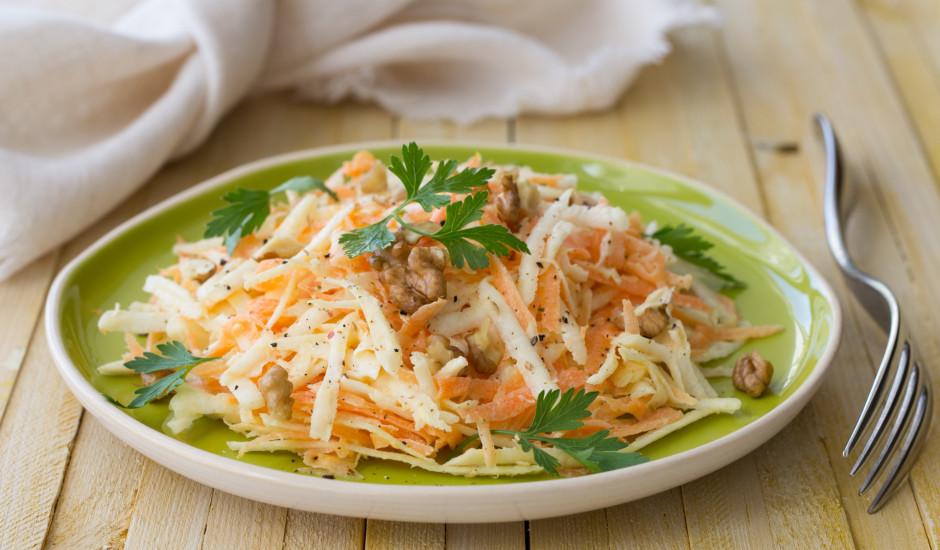 Selerijas saknes, burkānu un valriekstu salāti