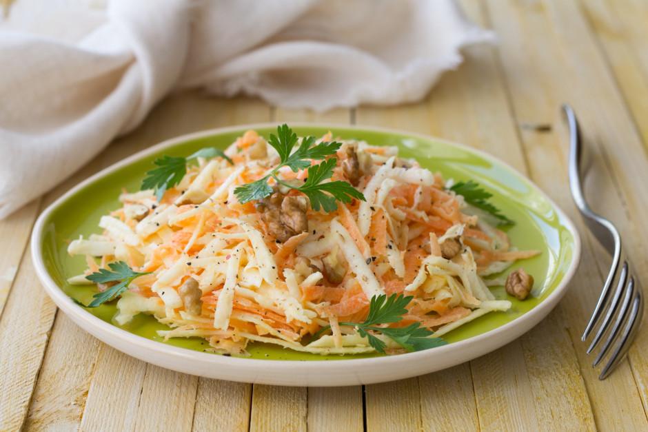 Pārber visus salātus ar svaigi maltiem pipariem un valriekst...