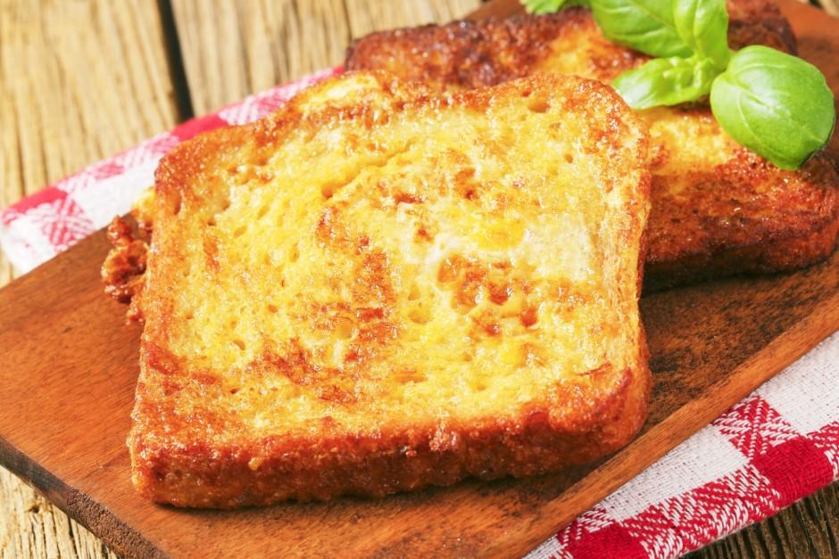 Sakarsētās taukvielās maizītes cep, līdz olas gatavas un tās...