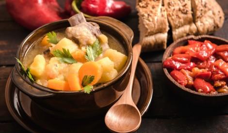 Dārzeņu sautējums ar cūkgaļas ribiņām