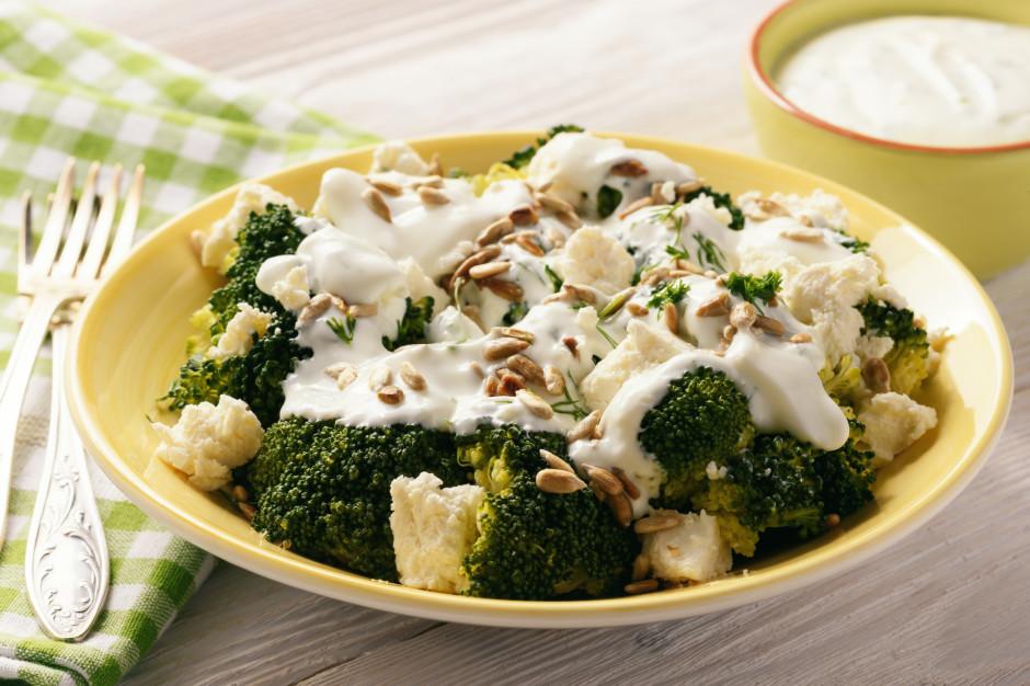Uz šķivja kārto brokoļi, pārlej ar sieru, liek virsū fetas s...